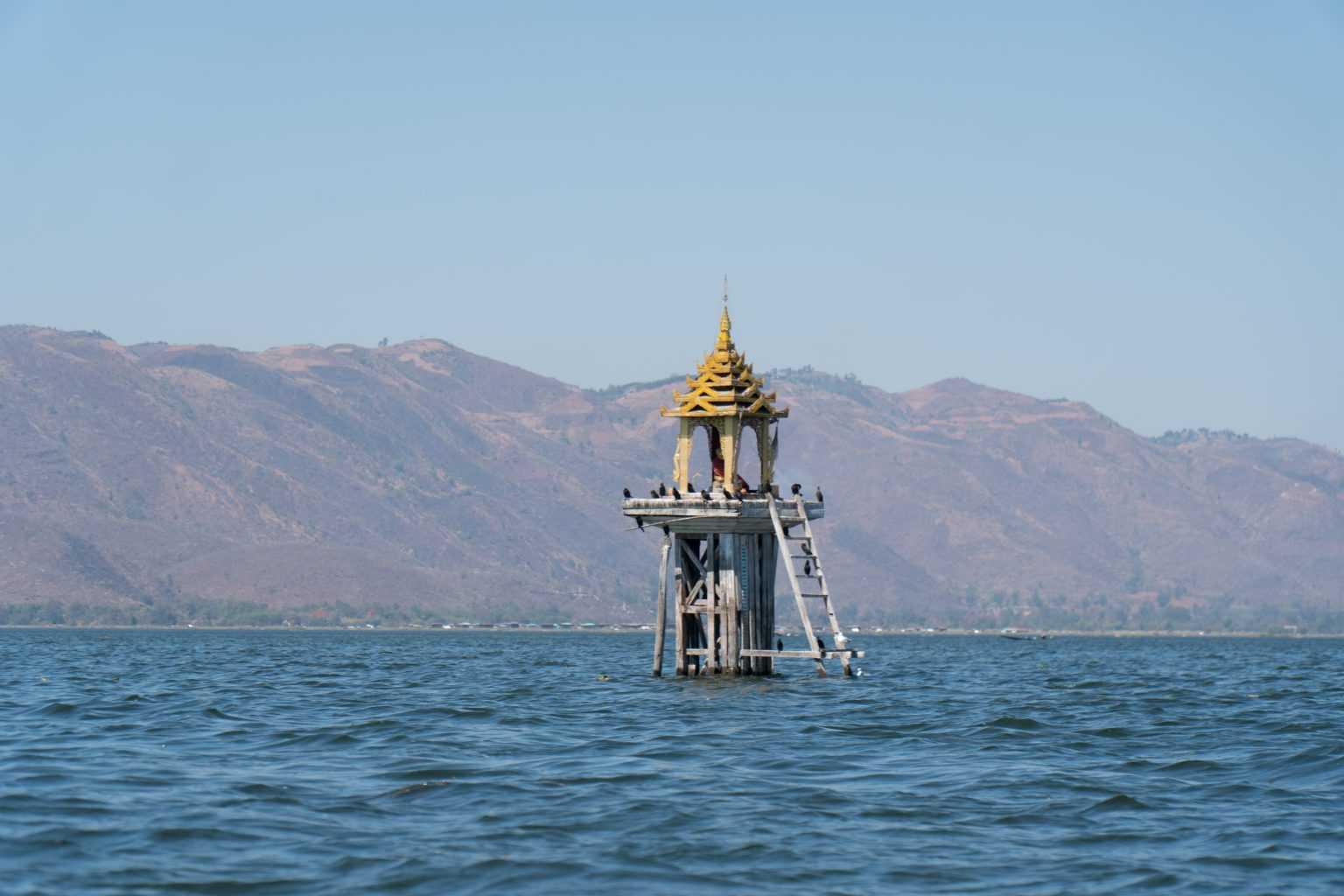 Petite pagode au beau milieu du Lac Inle