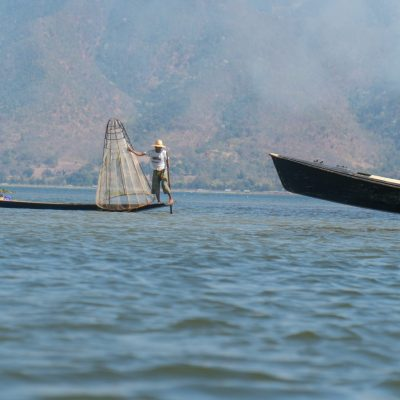 Les pêcheurs traditionnels jouent les acrobatent