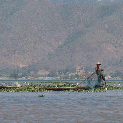 Un pêcheur jouant les équilibristes